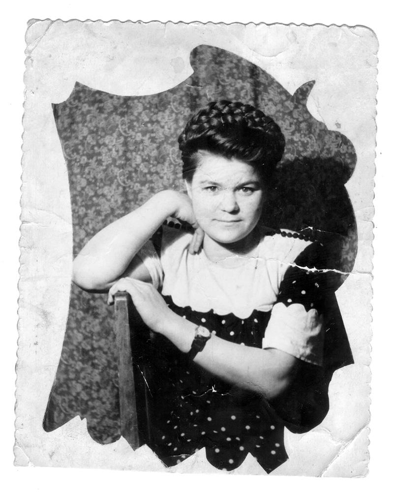 Вот такой Лида Семёнова в 1954 году приехала в Улан-Удэ на завод поступать. Сходила в парикмахерскую, «одолжила» у брата часы и сфотографировалась родным на память.